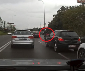 VIDEO / Un șofer lovește intenționat un motociclist, apoi fuge