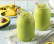 Prepara un smoothie de avocado