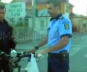 VIDEO SCANDALOS! Un politist loveste un biciclist si FUGE de la locul accidentului