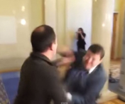 VIDEO INCREDIBIL! Bataie golaneasca intre doi parlamentari ucraineni