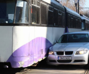 ACCIDENT SPECTACULOS! O soferita neatenta a intrat cu BMW-ul in TRAMVAI